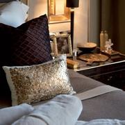 奢华现代风格别墅床头摆设