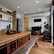 原木的餐桌与餐凳子