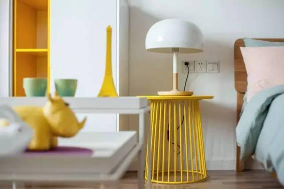 黄色系北欧风格装修 卫生间做个搁板梯代替浴室柜