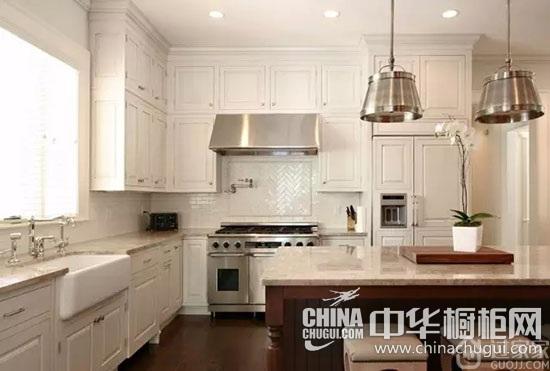 虽然欧式风格厨房装修多为深色,但还是有浅色的橱柜设计.