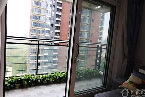 我家的客厅和阳台是连在一块儿的,中间用玻璃推拉门隔开,这个阳台除了可以欣赏风景外,还兼着晾衣服的功能。考虑到晾衣服,又不能影响视觉效果,晾衣杆只能安装得高些,可是又要够得着,所以升降晾衣杆是最好的选择。装修完工后,婆婆对这个非常满意,说还是我考虑得周到。