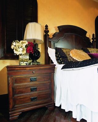 奢华东南亚装修卧室床头