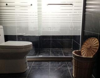 79平白色简约两居欣赏卫生间窗帘