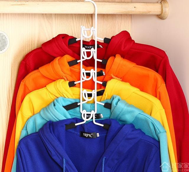 衣服收纳愁的很?多功能衣架提高衣柜收纳效率