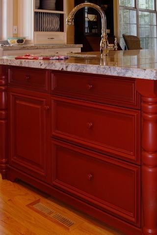 独特的红色混水漆橱柜