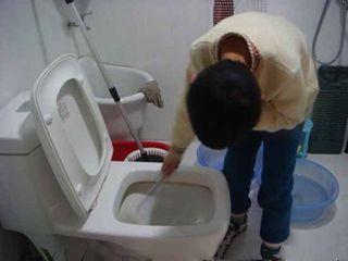怎样清洗马桶和便池上黄色污垢?教你几招告别又黄又脏