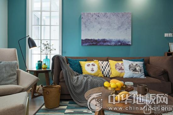 与原木家具搭配,淡淡的灰蓝和棕色实木地板烘托出了现代的北欧气息.