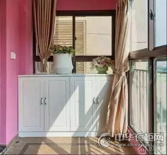 地柜搭配吊柜做在阳台一侧也可以,这种方法比单做一个地柜的储物量会