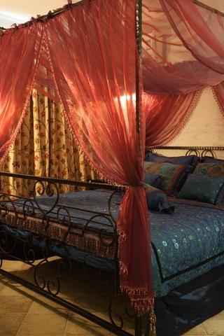 地中海风家居设计红色床幔
