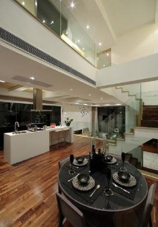 现代白色舒适复式楼欣赏