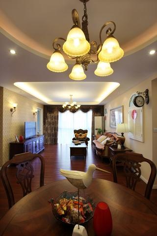 美式风三居室雅居欣赏餐厅灯饰设计