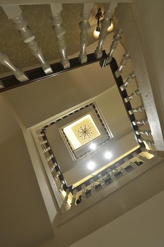 美式别墅旋转楼梯装修效果图