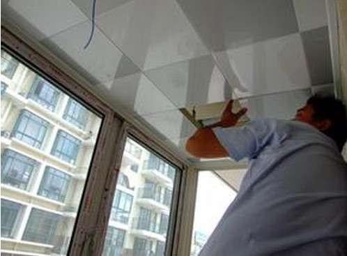 确定了位置后,再安装吊顶;卫浴需要先安装浴霸和排风扇,最后才安装