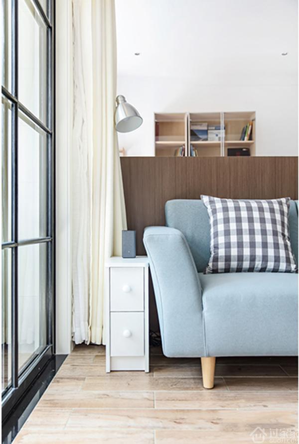 客廳陽臺采光比較好,衣服晾曬在陽臺,很容易干,洗衣機擺放在陽臺