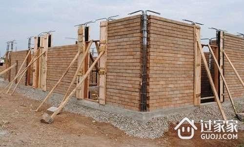 什么是砖混结构   砖混结构是指建筑物中竖向承重结构的墙、柱等采用砖或者砌块砌筑,横向承重的梁、楼板、屋面板等采用钢筋混凝土结构。也就是说砖混结构是以小部分钢筋混凝土及大部分砖墙承重的结构。砖混结构是混合结构的一种,是采用砖墙来承重,钢筋混凝土梁柱板等构件构成的混合结构体系。