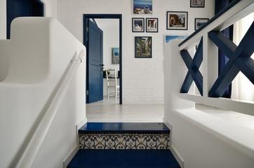 89平白色地中海住宅欣赏楼梯间设计
