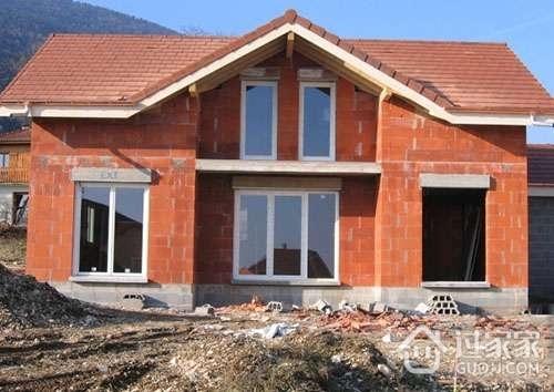 装修百科 砖混结构    楼梯间的墙体水平支撑较弱,顶层墙体较高,在8度