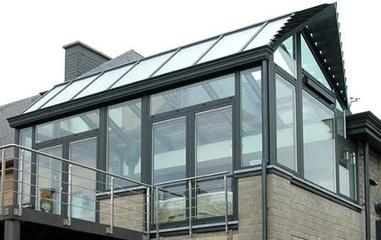 一,阳光房价格怎么计算1,市场阳光房价格=顶面价格 钢结构价格 门窗