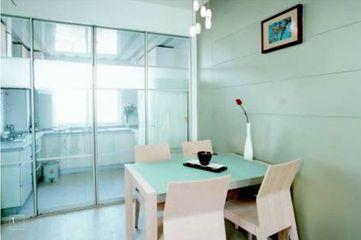 80平米两室两厅一卫装修 只要地板、瓷砖、亚光漆就让家朴素又精致