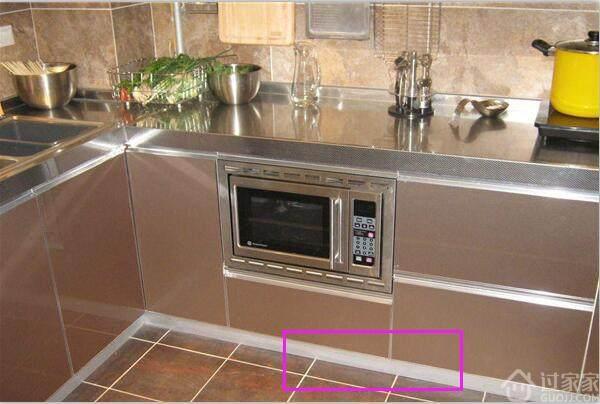 邻居切菜不用撅着屁股,不过是橱柜挡板下留了3-5公分
