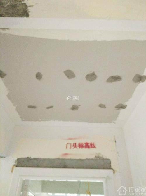 """工地实拍:地漏和吊顶安装,验收时吊顶全是""""补丁""""!"""
