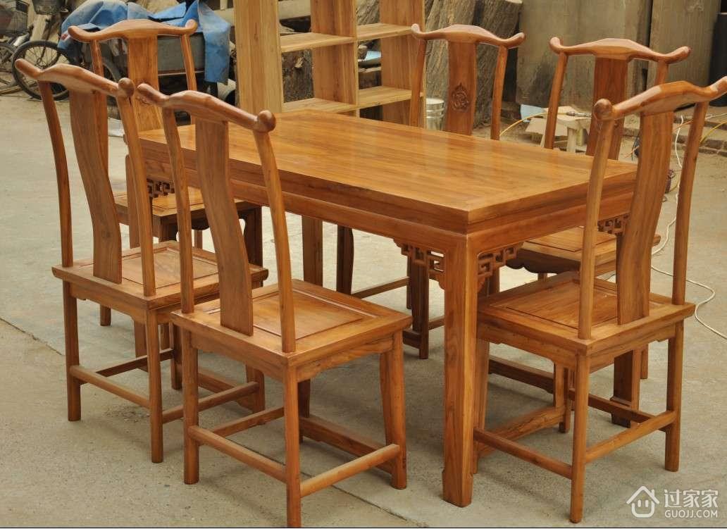 老榆木餐桌和碳化木餐桌对比