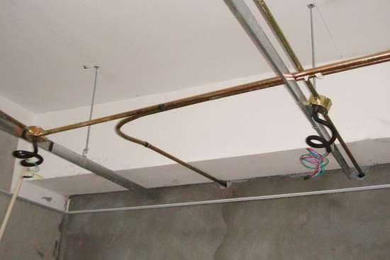 家庭中除了采用阻燃型塑料管暗敷保护电线外,也可用金属电线保护管。如有的住宅楼电源线采用阻燃塑料管保护,而电话、有线电视采用镀锌金属薄壁管(可起屏蔽作用)。电话和有线电视传输线的金属保护管不必设置跨接线,因丝口连接或套筒连接的镀锌管已能达到屏蔽要求。常见的金属管为镀锌钢管,耐热耐压防火。   选购支招:选购金属管时,要注意管子不应有折扁和裂缝,管内应无毛刺,钢管外径及壁厚应符合相关的国家标准,若钢管绞丝时出现烂牙或钢管出现脆断现象时,表明钢管质量不符合要求。   3、软管