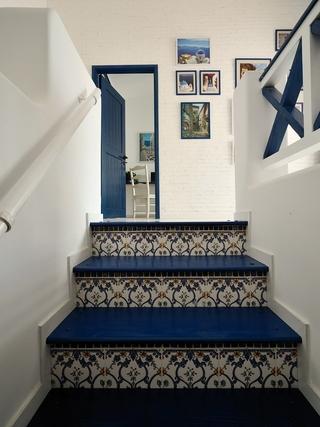 89平白色地中海住宅欣赏楼梯间