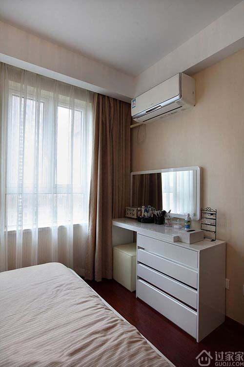 梳妆镜为避免直对卧室床,将梳妆台网墙角处摆放.