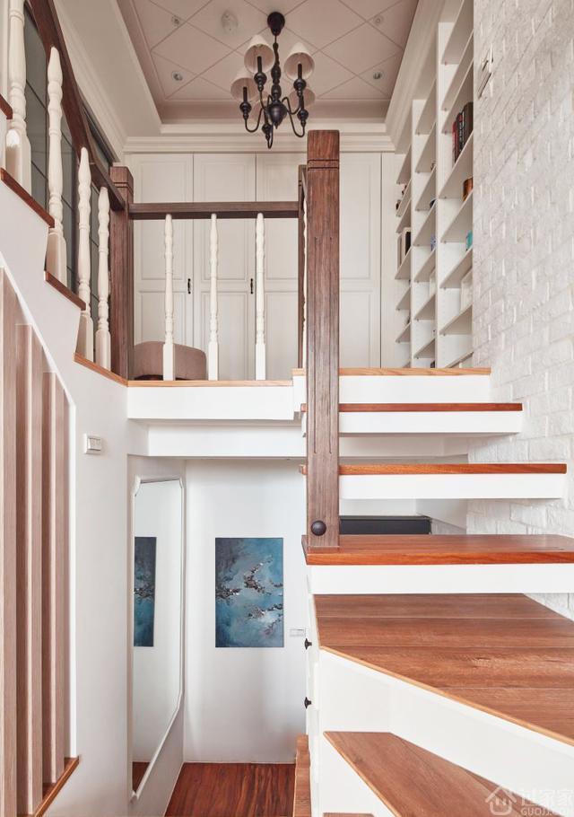 落地窗的设计,让空间的采光得到有效的改善,上下两排柜体,满足了女