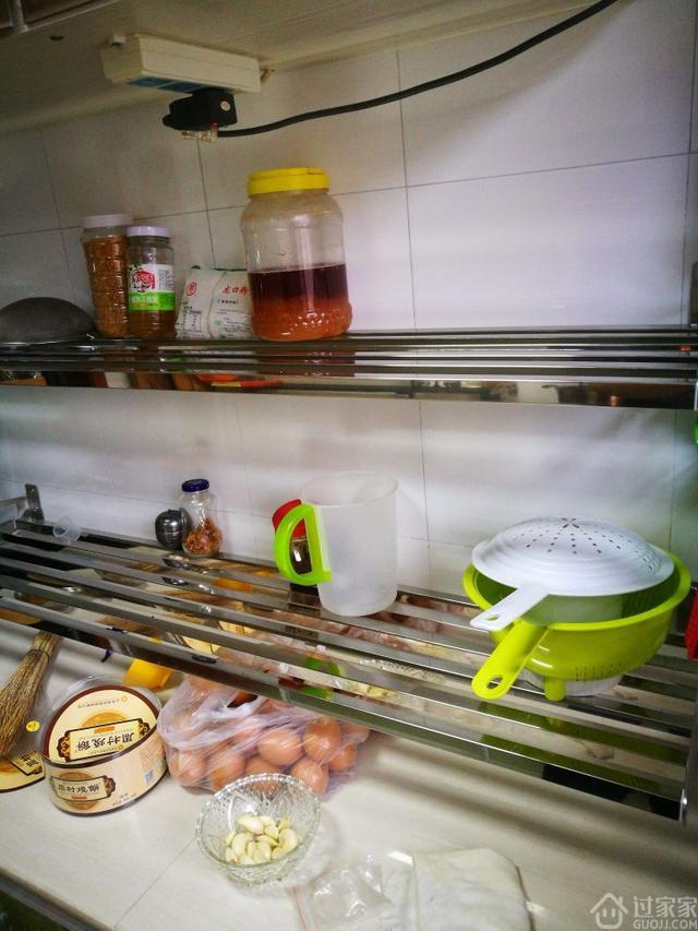 装在厨房的金属置物架,装了后杂物终于有地方放啦!