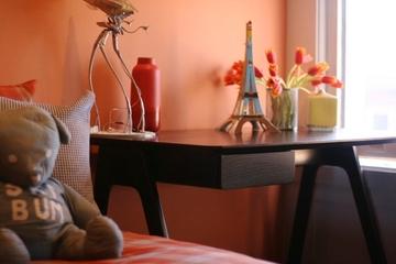 粉色的墙壁搭配小书台
