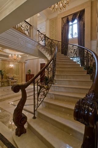 300平豪华法式别墅欣赏楼梯间