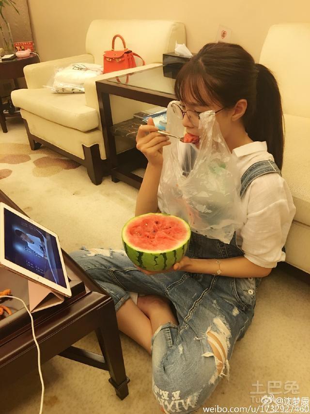 沈梦辰微博图片曝光豪宅内景 阳台大到能放沙发
