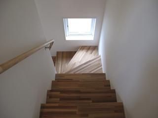 132平日式风格别墅欣赏楼梯间