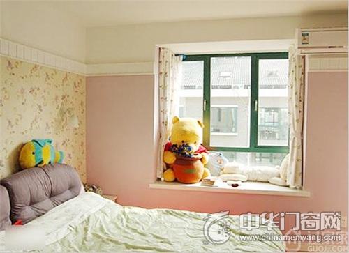 窗户上的维尼熊和抱枕都展现出了孩子的天真可爱.