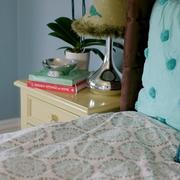 主卧床一角与床头柜
