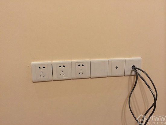 【书房】   2个开关:1个控制书房主灯,1个控制书房装饰灯。   8个插座:书桌上方4个插座(主要用来插经常需要插拔的电器,比如笔记本,手机,相机充电器等);书桌下方4个插座(主要用来插平时不需要拔的电器,比如台式机的显示器和主机,台灯,WIFI,音响等)。