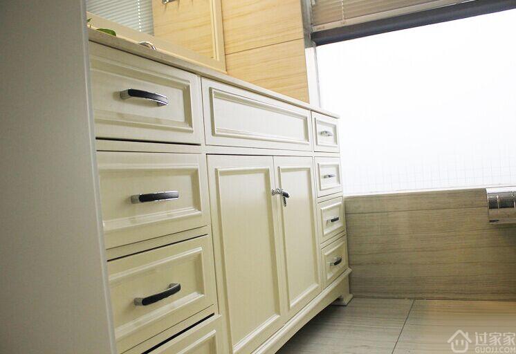 从准备装修到动工,从硬装到软装,折腾了大半年,房子终于成型,家具目前也基本进场了,花了好些时间做软装,一切都是新的。我装修的原则是尽量从简,墙面固定装饰能不做就不做,所以我家的柜子基本都是成品定制,也都是可移动的。我没有很费心思做设计,唯一一个令我自豪的就是主卧室被打通的柜子变成书桌,功能翻倍! 房屋面积:115平米 装修风格:美式 【客厅】先看看客厅的装修效果吧。