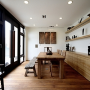实木餐桌与隐形门
