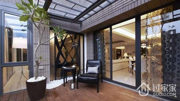在这样的阳光房里摆放了一张茶几和一把躺椅,露台与卧室连在一起,想