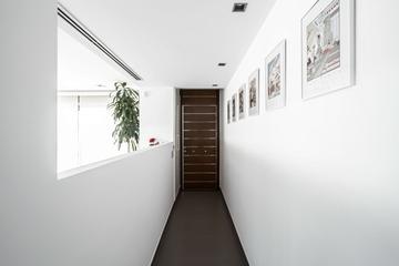现代纯白极住宅过道