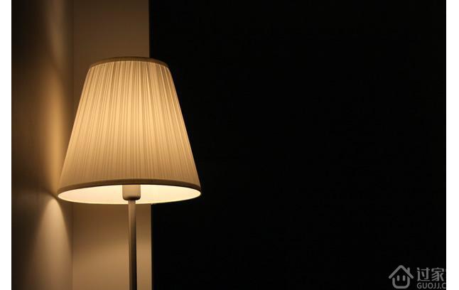 1、IKEA 勒斯达落地灯 虽说宜家的大家具质感不咋样,但它的很多小家居用品还是值得一看,毕竟以亲民平价品牌为定位,宜家玩的正是性价比。这件勒斯达落地灯作为热门口碑产品之一,也受到了很多消费者的青睐。不管是不愿将就的出租屋,还是精心布置的文艺民宿,都经常见到它的身影。 勒斯达落地灯采用铝制外形,整体造型简洁利落,没有多余线条。而可弯曲的灯臂设计也能让你随意调整灯光照射的方向。无论是沙发旁、工作台、床边,随便往那儿一放都超级百搭。宜家买了绝不后悔的榜单里一定有它一席之地。 2、Grasshopper F