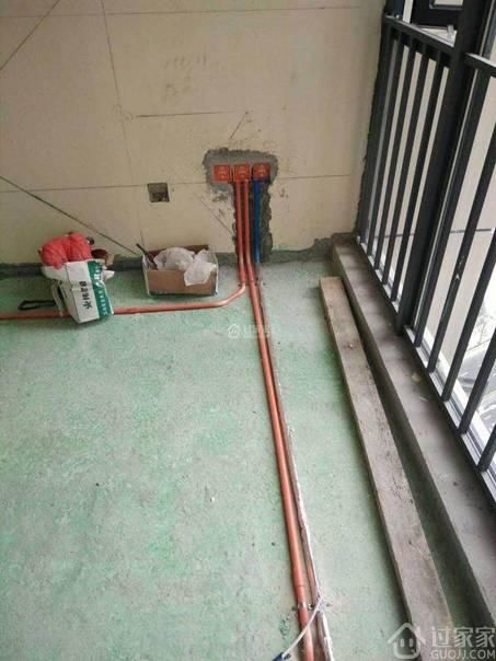 工地实拍:水电安装横平竖直,蓝色防水涂料和闭水试验!