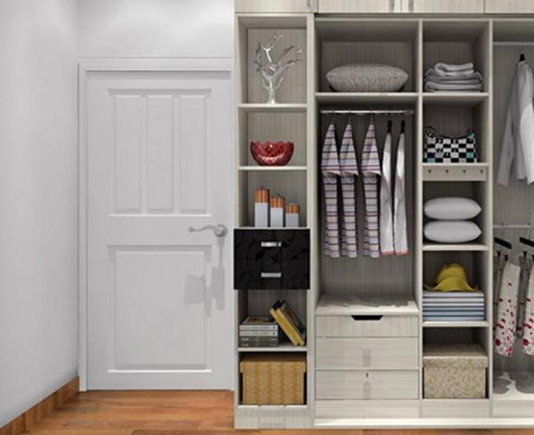 卧室衣柜设计方法 1.定制衣柜 定制衣柜因其设计及其造型上的空间可塑性而深受大众的喜爱,能很大限度地节省利用房间的空间。大家可以发掘自己屋内一些边角空间,将其改造成衣柜或衣帽间。 另外,不少衣柜个子不高,导致衣柜顶部与天花板有一大截空间被浪费了,而且容易积尘。