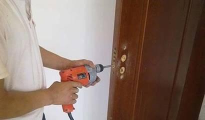 房子装修时先装地板还是先装门