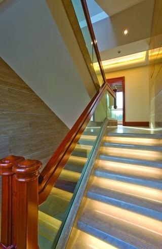 别墅红木楼梯玻璃护栏装修效果图