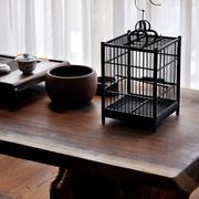 书桌一角的鸟笼