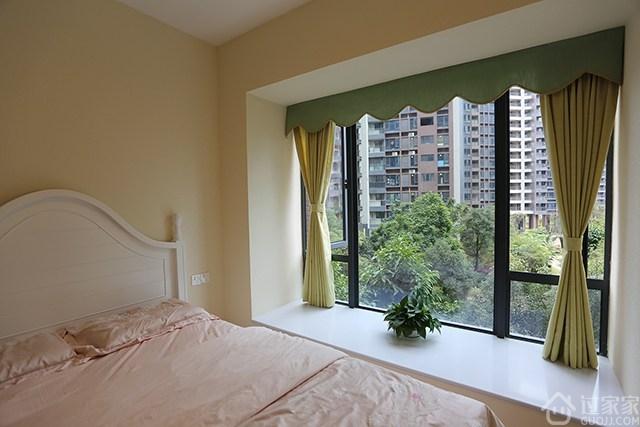 粉色的床套,浅绿色的窗帘,米黄色的硅藻泥墙,温馨,清新.