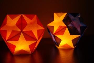 今天要主要介绍的几款手工灯笼分别是莲花灯,彩纸灯笼和五角星灯笼.